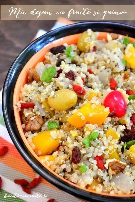 mic dejun cu quinoa si fructe