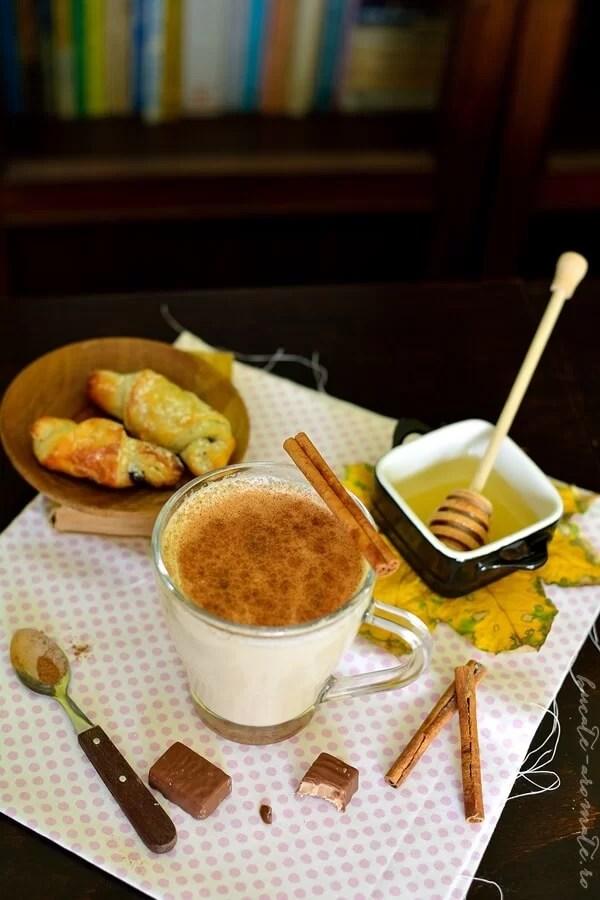 Lapte cu caramel, miere şi scorţişoară