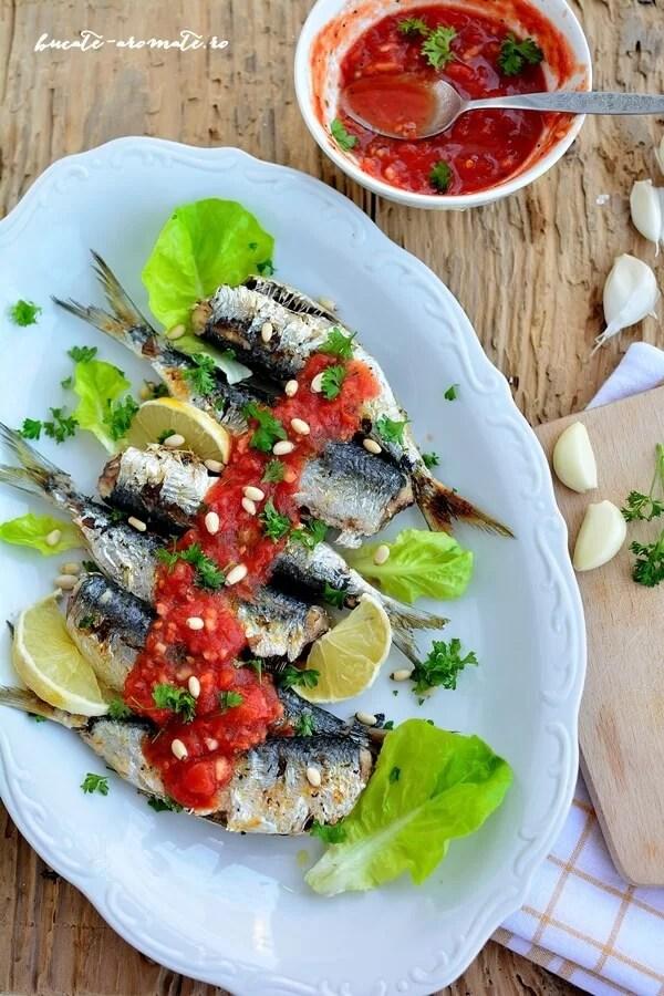 Sardine la grătar cu mujdei de usturoi şi roşii coapte