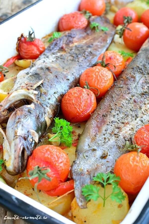 Peşte pe pat de cartofi cu ardei şi roşii cherry
