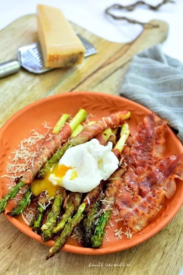 Sparanghel învelit în bacon cu parmezan și ou poşat