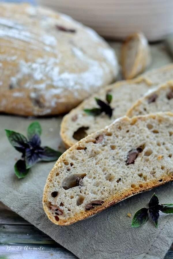 Pâine cu măsline Kalamata şi busuioc (cu maia naturală)