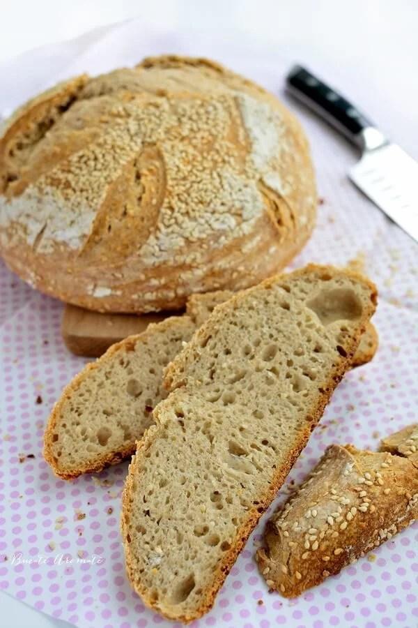 Pâine cu mix de făinuri şi susan (cu maia naturală)