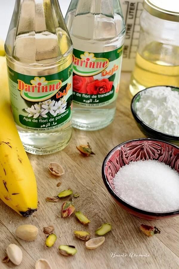 Budincă libaneză de lapte cu fistic şi banane