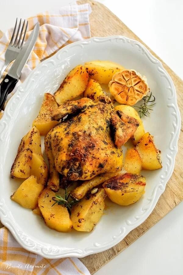 Coquelet la cuptor cu cartofi copți și usturoi