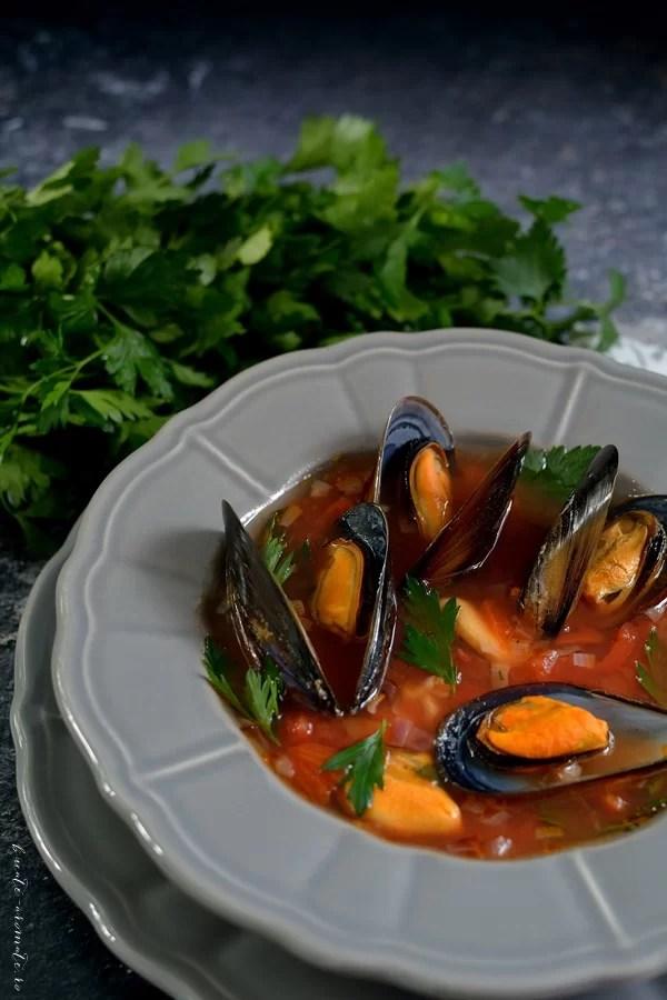 Supă de scoici cu roşii coapte şi usturoi