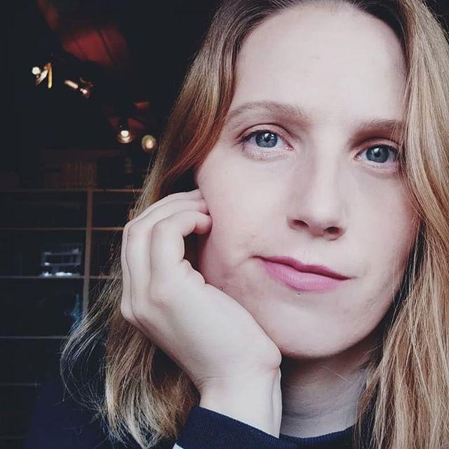 die Autorin Katania de Groot schaut nachdenklich in die Kamera