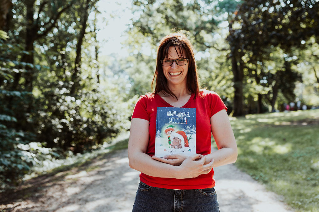 Jasmin Zipperling mit ihrem Buch Himmeldonnerglöckchen.