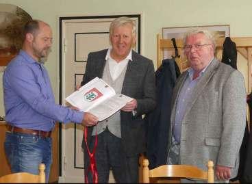 Übergabe der Wappenurkunde durch Beelitz' Bürgermeister B. Knuth