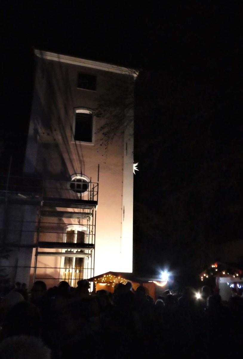 Kirchturm reoviert und angestrahlt