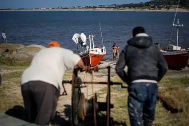 Hasta el remolque para sacar la barca del agua es manual. Mientras dos mueven la maquina, otro va colocando debajo de la embarcación maderas y tubos de metal para que ruede hacia tierra firme