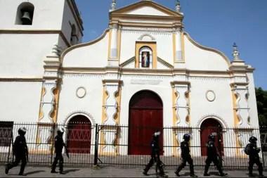 Los estudiantes buscaron refugio en la parroquia tras un violento desalojo de la Universidad Nacional Autónoma de Nicaragua (UNAN) por parte de paramilitares.