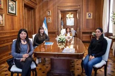 Cristina Kirchner con tres dirigentes del Movimiento de Trabajadores Excluidos, la agrupación de Grabois