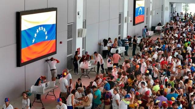 Los venezolanos también acudieron a votar en la consulta popular no vinculante en Miami, Estados Unidos