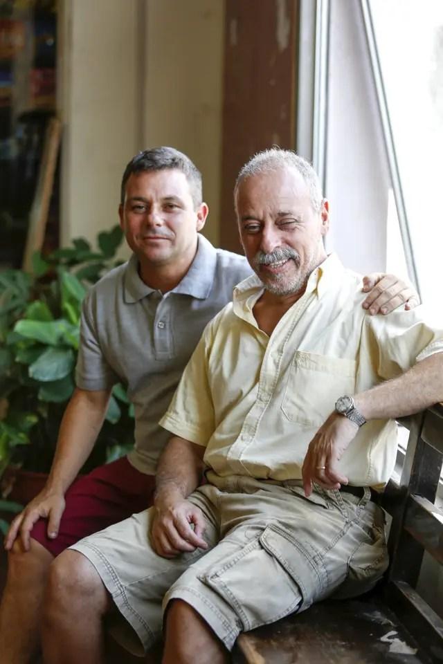 Ariel Rojo (izq.) y su amigo Santiago trabajan juntos