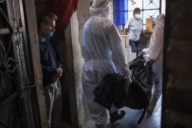 La funeraria Piedrangel fue contratada por el gobierno peruano para extraer de las casas los cadáveres de personas infectadas con el virus