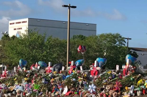 Diecisiete cruces blancas clavadas en la loma que separa la institución de la calle tiene el nombre de cada víctima