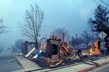 El Blackbear Diner se quema en Paradise, California.