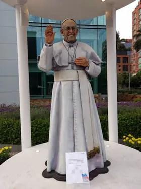 La estatua del Papa tama?o natural entretiene a los chilenos