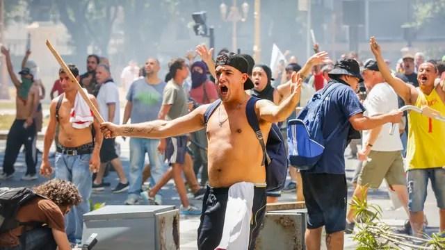 Mientras en el Congreso se intentaba conseguir el quórum para tratar el proyecto de ley de reforma previsional, en las inmediaciones al recinto un grupo de manifestantes se enfrentaba con la Gendarmería