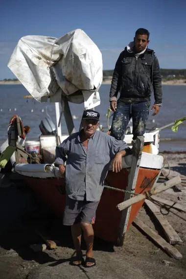 Antonio y Sebastián Ruiz juntos a Doña Flor, la barca en la que salen todas las noches a pescar en la costa uruguaya