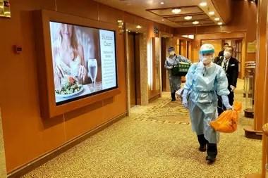 Médicos japoneses trabajan a bordo del crucero Diamond Princess