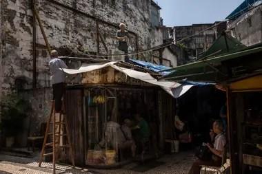 Macao: comerciantes intentan preparar sus pertenencias para la llegada del tifón