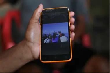 Una amiga de Maroly muestra una imagen del bote que Maroly y su familia abordaron