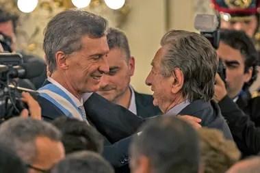Franco Macri saluda a su hijo Mauricio el día que asumió como presidente