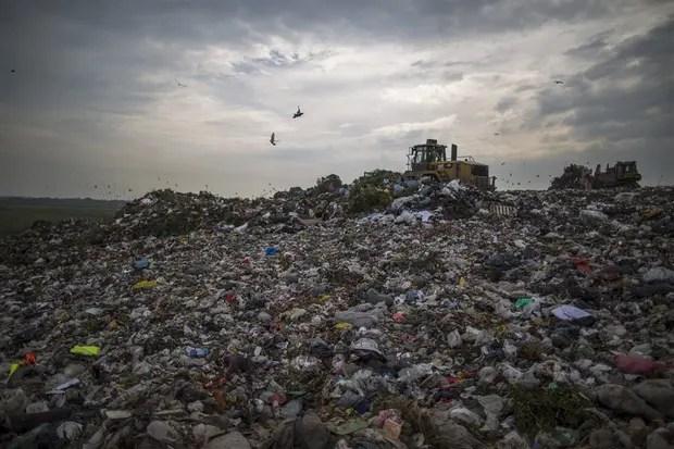 La basura se apila en tierras situadas cerca del camino del Buen Ayre, hasta donde llega el olor nauseabundo