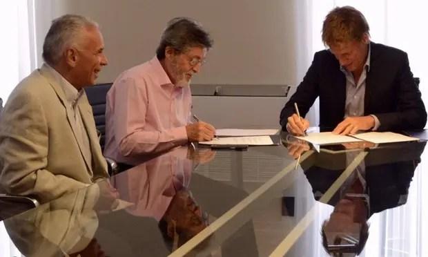 Abad y Fossati, ayer, al suscribir el acuerdo en La Plata