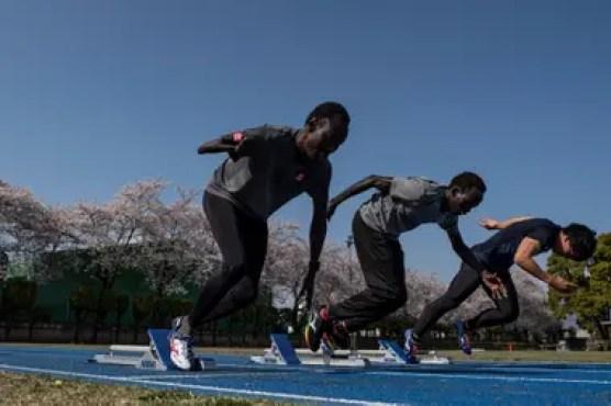3 de abril de 2020. El corredor paralímpico de Sudán del Sur, de 100 metros y 200 metros, Michael Machiek Ting Kutjang (izq.) y el corredor de obstáculos Joseph Akoon Akoon Akoon participan en una sesión de entrenamiento en Maebashi. El aplazamiento de los Juegos Olímpicos de Tokio 2020 fue un duro