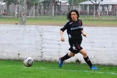 Pipi Peralta jugando para Huracán, su club de siempre. Estima que ya anotó más de 300 goles