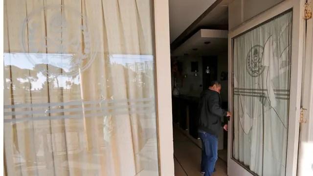 Rompieron los vidrios de la puerta de entrada