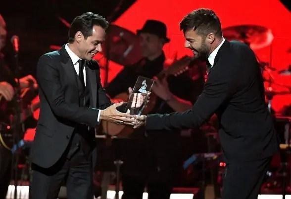 Ricky Martin le entrega el Grammy a Marc Anthony, la persona del año