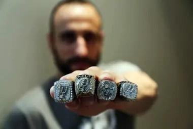 2014, Manu muestra sus cuatro anillos de NBA