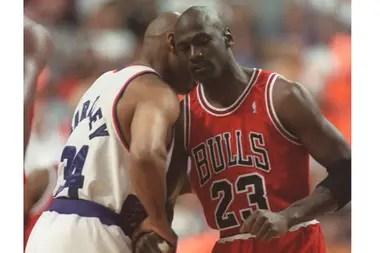 Buenos amigos: Michael Jordan, de los Chicago Bulls, y Charles Barkley, de los Phoenix Suns charlan antes del comienzo del Juego 1 en las Finales de la NBA en Phoenix en esta foto de archivo del 9 de junio de 1993.