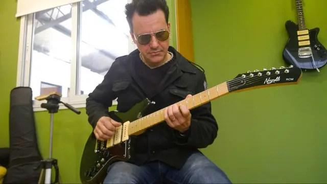 Richard Coleman con su guitarra ideal, diseñada por Sergio Nigrelli