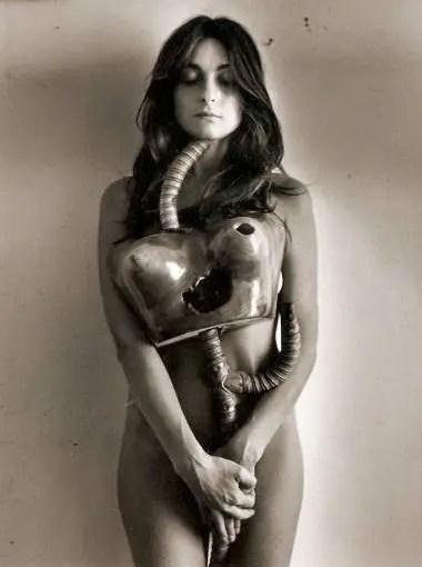Sin título, de la serie Liliana Maresca con su obra. Fotoperformance. Fotografía de Marcos López, 1983