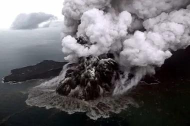 El Anak Krakatoa en erupción; la imagen fue tomada ayer