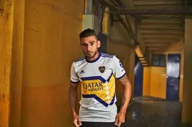 Eduardo Salvio en la Bombonera; la camiseta alternativa de Boca se inspiró en un modelo Adidas que el club usó en los 90