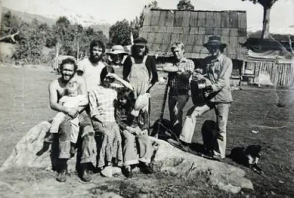 Mike (el segundo desde la derecha, con el sitar en la mano) en su chacra en El Bolsón, en 1977. Esta foto apareció en el número 12 de la revista El Expreso Imaginario con el epígrafe Bolson Blues Band