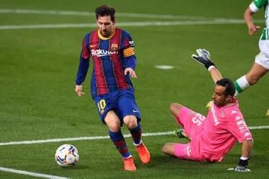 Lionel Messi gambetea a Claudio Bravo, durante el partidoentre Barcelona y Betis.