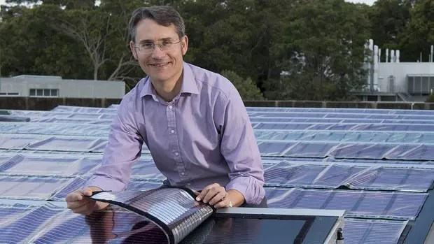 Paul Dastoor, investigador de la Universidad de Newcastle en Australia, junto al panel solar flexible