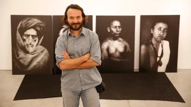 Rodrigo ABD, durante el montaje de su muestra en FoLa