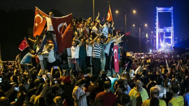 Los turcos se tomaron las calles en apoyo al presidente Erdogan