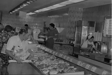 El supermercado del Centro Comercial la Estrella en Caracas con los anaqueles llenos, en 1976, hoy se llama Abasto Bicentenario y en los estantes hay muy pocos productos