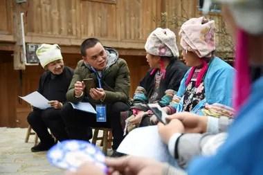 Un censista realiza una encuesta de censo a personas de la minoría étnica Miao en el condado de Rongjiang, en la provincia de Guizhou, suroeste de China.