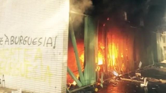 Manifestantes prenden fuego a un ministerio en protesta contra Temer