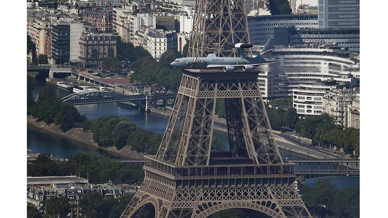 vista de la Torre Eiffel, mientras pasa un avión de la fuerza aérea foto: AFP Jean Sebastien Evrard